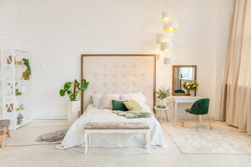 Wirkliches Foto eines Pastellschlafzimmerinnenraums mit einem Doppelbett, Frisierkommode, Stuhl Santo- DomingoHotelzimmer lizenzfreies stockbild