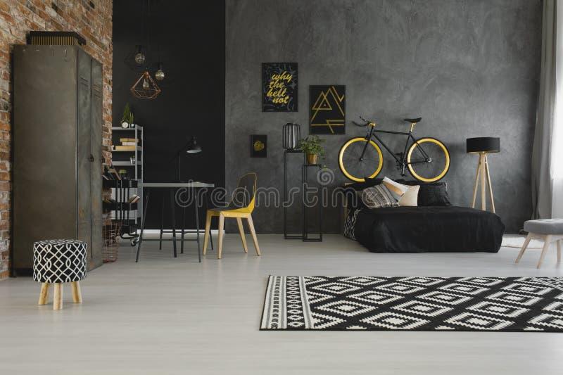 Wirkliches Foto von einem modernen, Wohnungsinnenraum des offenen Raumes mit einem bic lizenzfreies stockbild