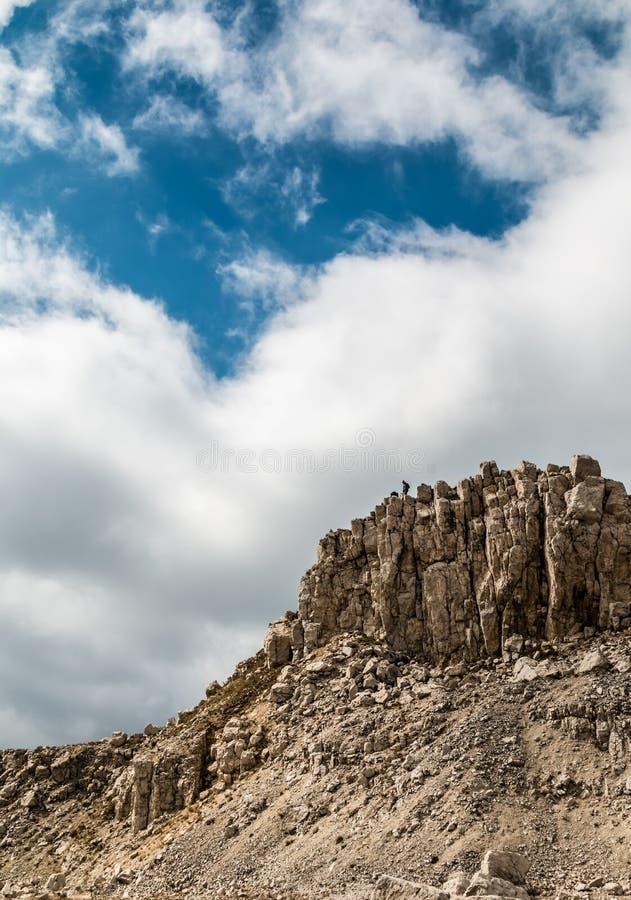Wirkliches Herz formte Wolke im Himmel über den hohen felsigen Bergen stockfotografie
