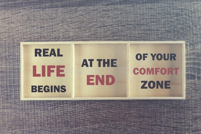 Wirkliches Leben fängt am Ende Ihrer Kuschelecke an Inspirierend Zitat lizenzfreie stockfotos