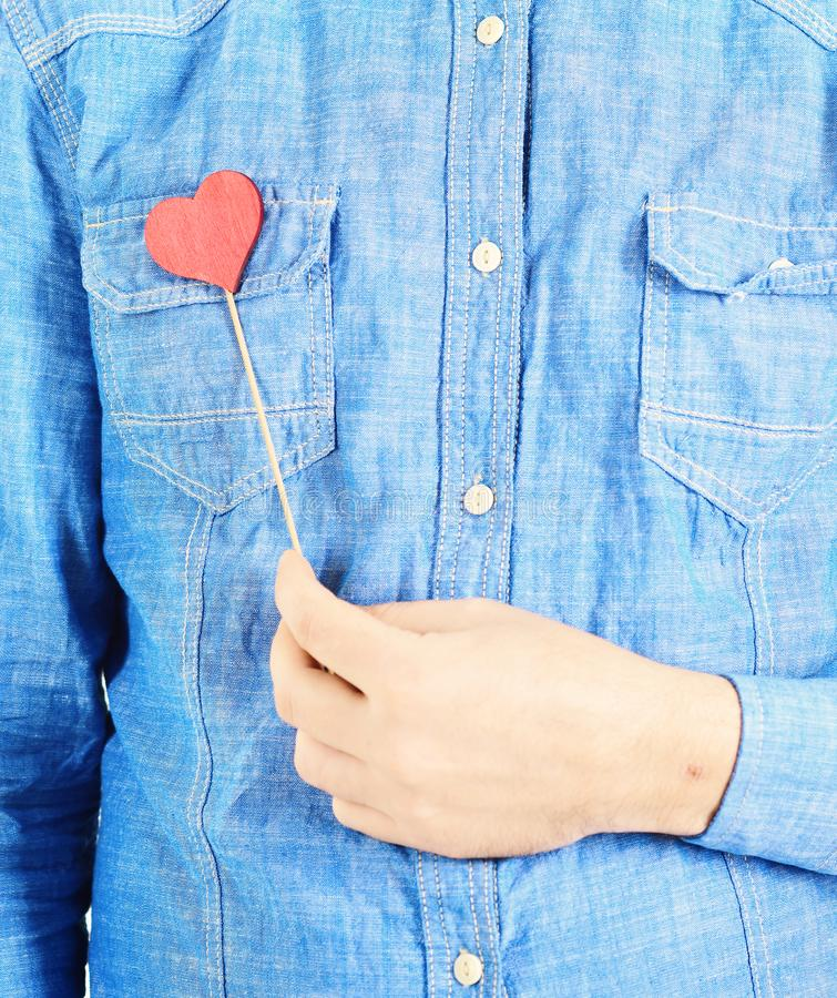 Wirkliches Liebeskonzept Bemannen Sie Griffe wenig rotes Herz und Shows seins echt, wirkliche Liebe stockfotos