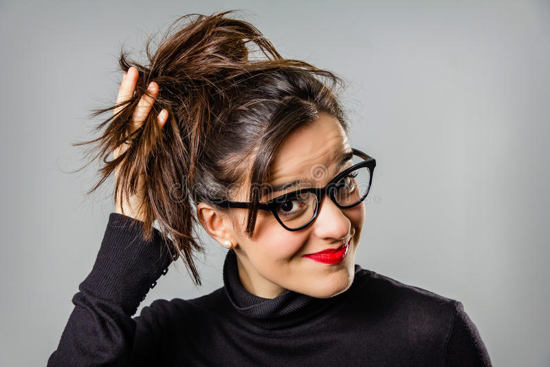 Wirkliches Mädchen mit den Gläsern und roten Lippen, die sie berühren lizenzfreies stockbild