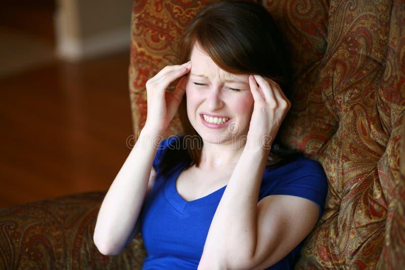 Wirkliches Mädchen mit Kopfschmerzen stockfotos