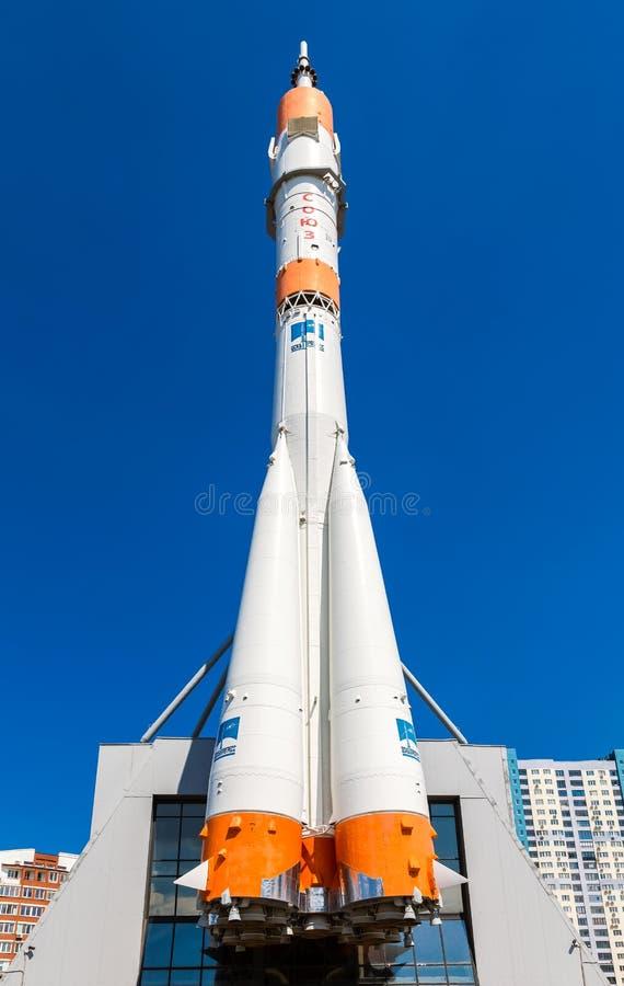 Wirkliches Soyuz-Raumfahrzeug als Monument gegen den blauen Himmel lizenzfreies stockfoto