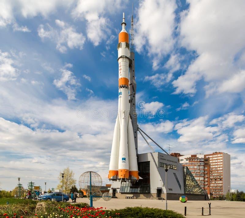 Wirkliches Soyuz-Raumfahrzeug als Monument am sonnigen Tag des Sommers lizenzfreie stockfotografie