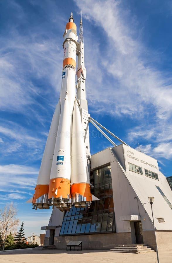 Wirkliches Soyuz-Raumfahrzeug als Monument- und Ausstellungsmitte des Raumes lizenzfreie stockbilder
