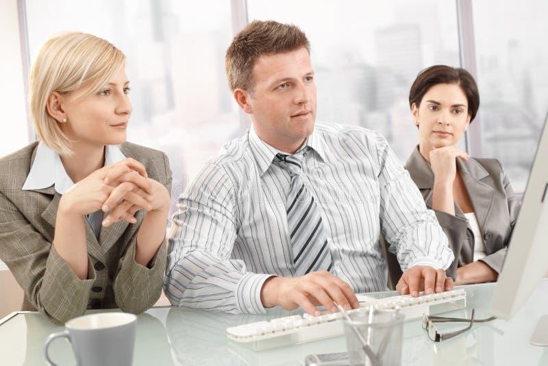 Wirtschaftler auf Sitzung stockbild