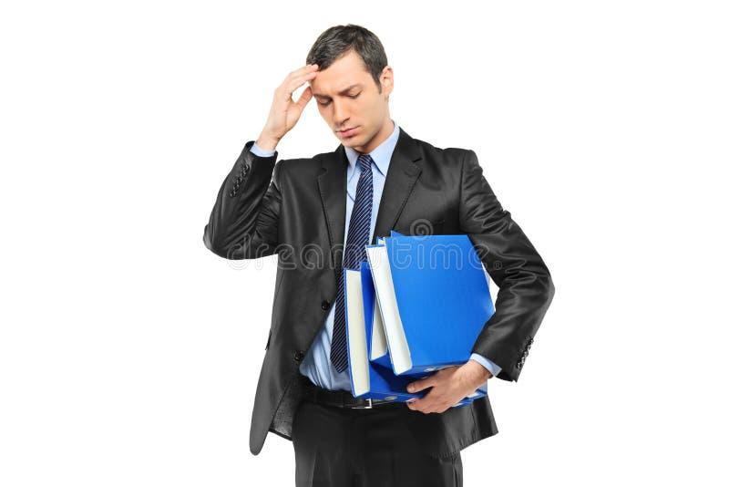 Wirtschaftler, der seinen Kopf in den Schmerz anhält lizenzfreies stockbild