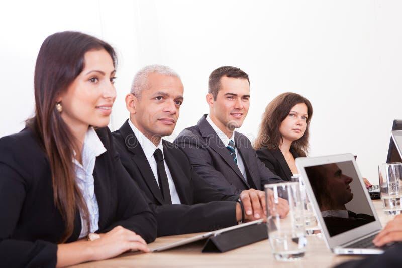 Wirtschaftler in der Sitzung lizenzfreies stockbild