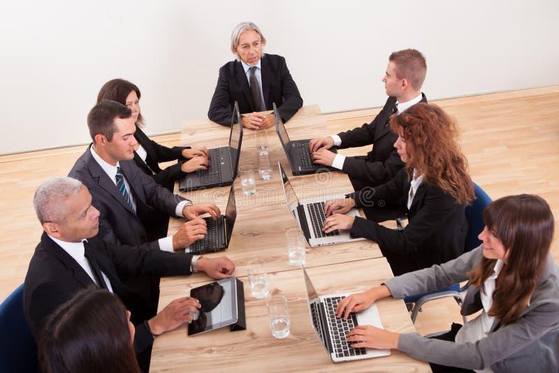 Wirtschaftler in der Sitzung lizenzfreies stockfoto