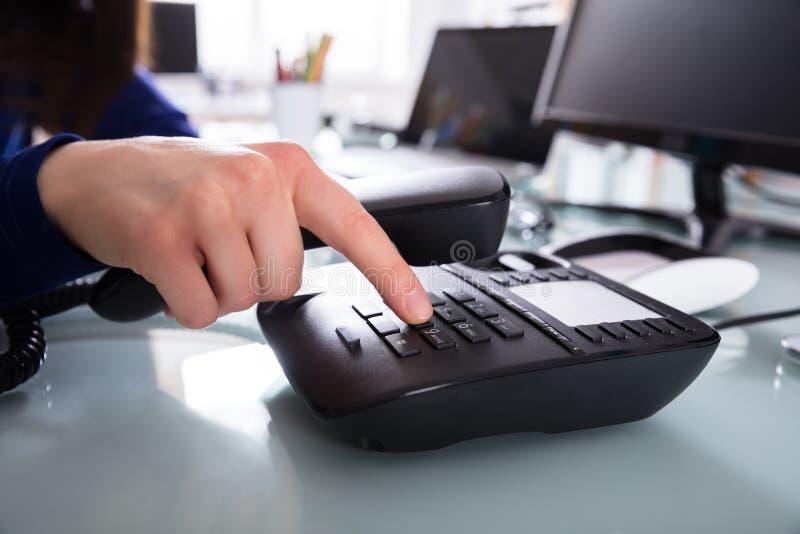 Wirtschaftler Dialing Telefone Number, zum eines Telefon-Anrufs zu machen lizenzfreie stockbilder