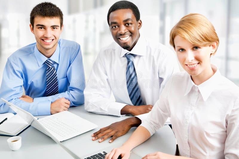 Wirtschaftler, die bei der Sitzung arbeiten lizenzfreie stockbilder