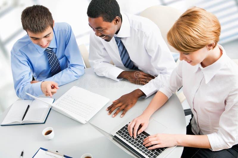 Wirtschaftler, die bei der Sitzung arbeiten stockfoto