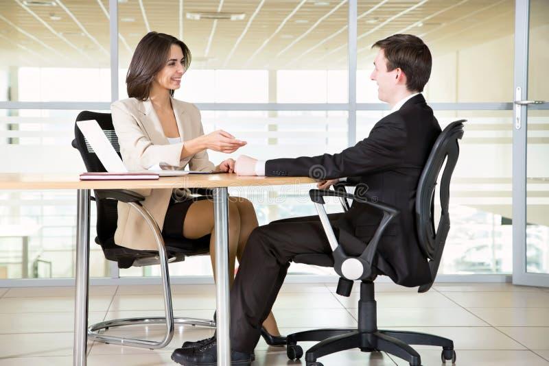 Wirtschaftler, die bei der Sitzung arbeiten stockfotografie