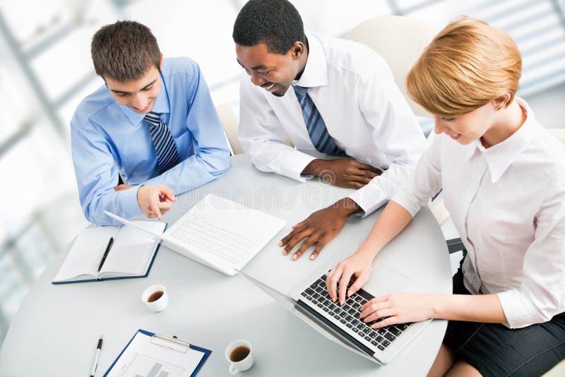Wirtschaftler, die bei der Sitzung arbeiten lizenzfreies stockbild