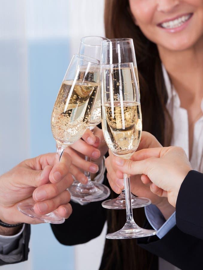 Wirtschaftler, die Champagne rösten lizenzfreies stockbild