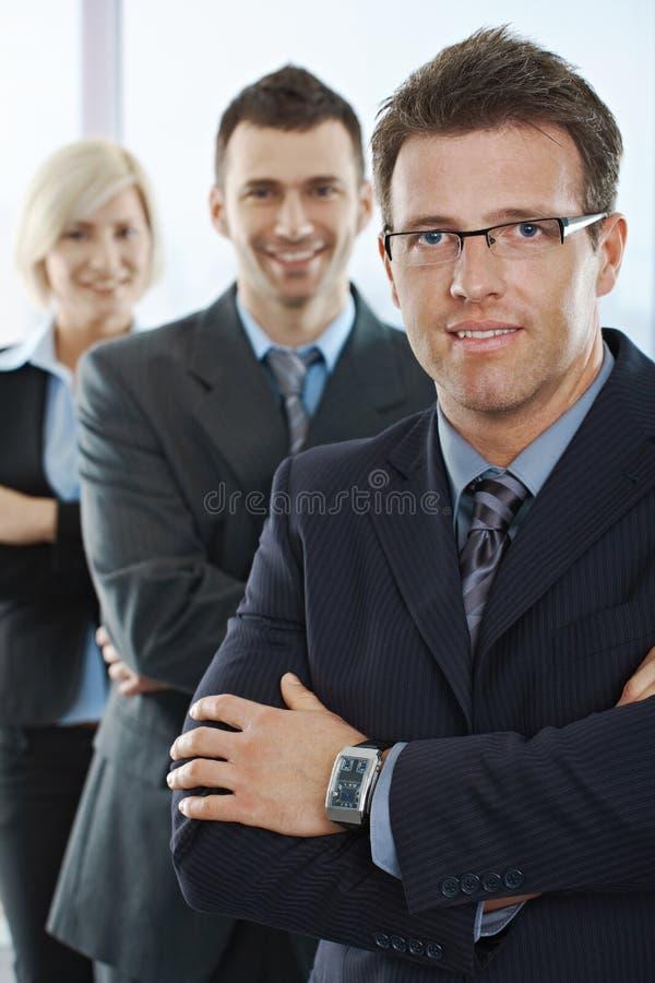 Wirtschaftler, die an der Kamera lächeln lizenzfreie stockfotografie