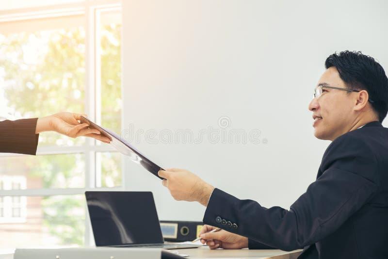 Wirtschaftler, die Dokumente treffen und bearbeiten und teilen lizenzfreie stockfotografie