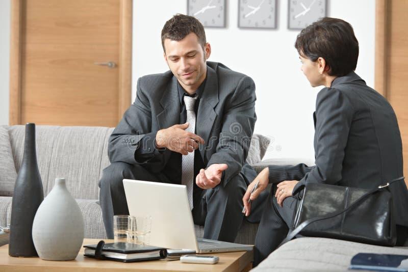 Wirtschaftler, die im Büro arbeiten lizenzfreie stockbilder