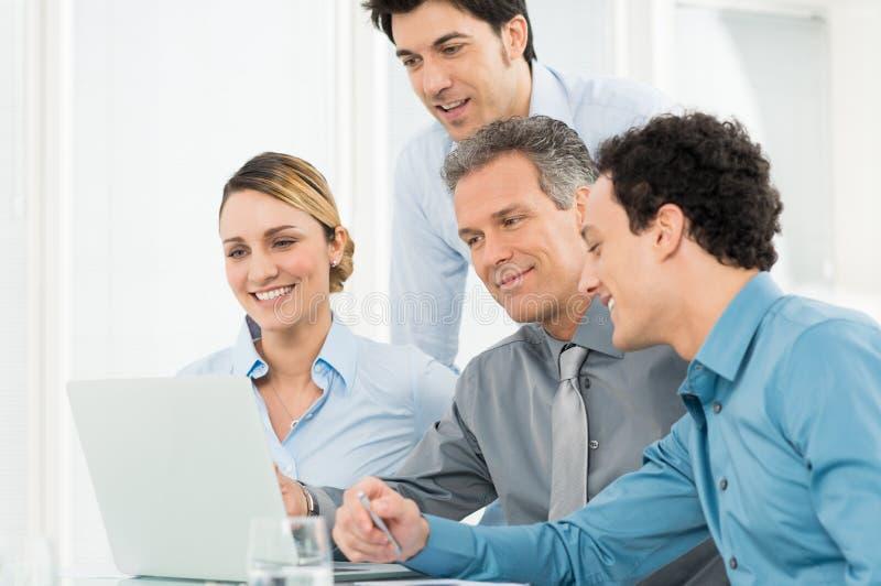 Wirtschaftler, die am Laptop arbeiten stockfoto