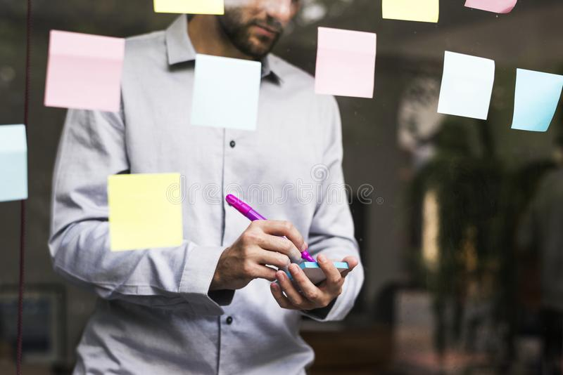 Wirtschaftler, die mit kreativen Ideen gedanklich lösen lizenzfreie stockbilder