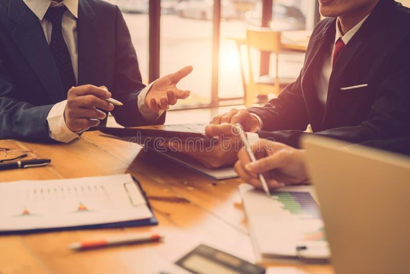 Wirtschaftler, die sich zusammen beim Treffen besprechen Anlagengeschäftplanung, Ideen teilend stockfoto