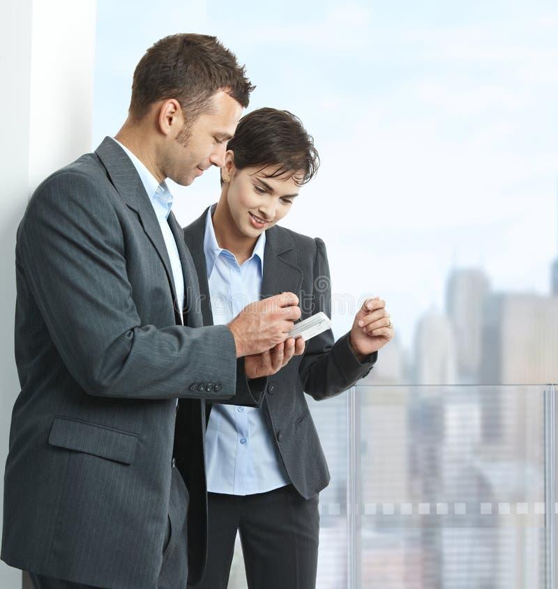 Wirtschaftler, die smartphone betrachten stockfotos