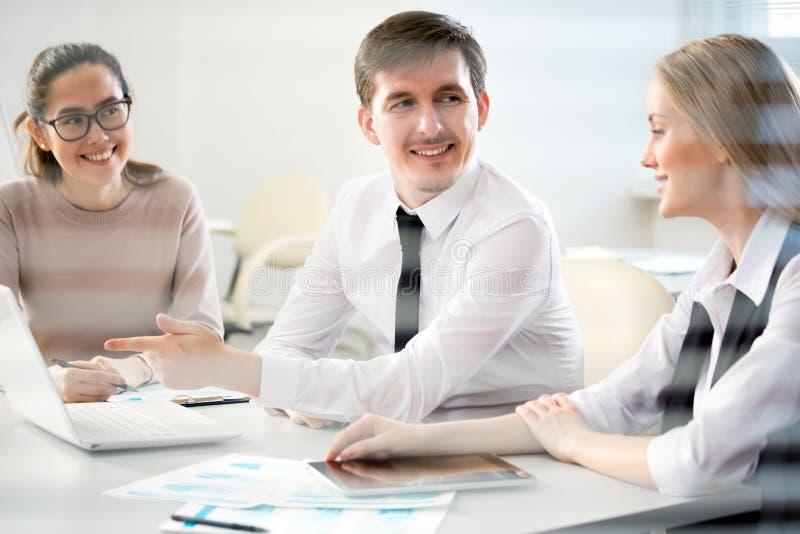 Wirtschaftler in einer Sitzung stockbilder