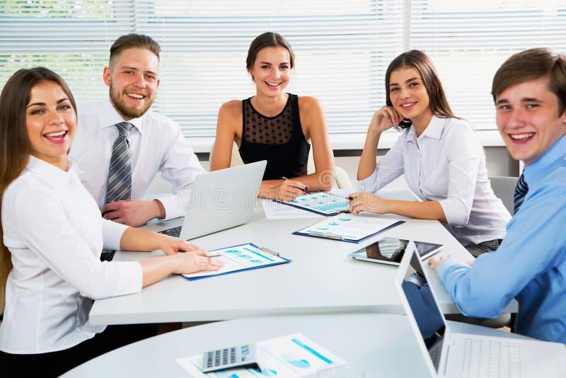 Wirtschaftler in einer Sitzung im Büro stockbild