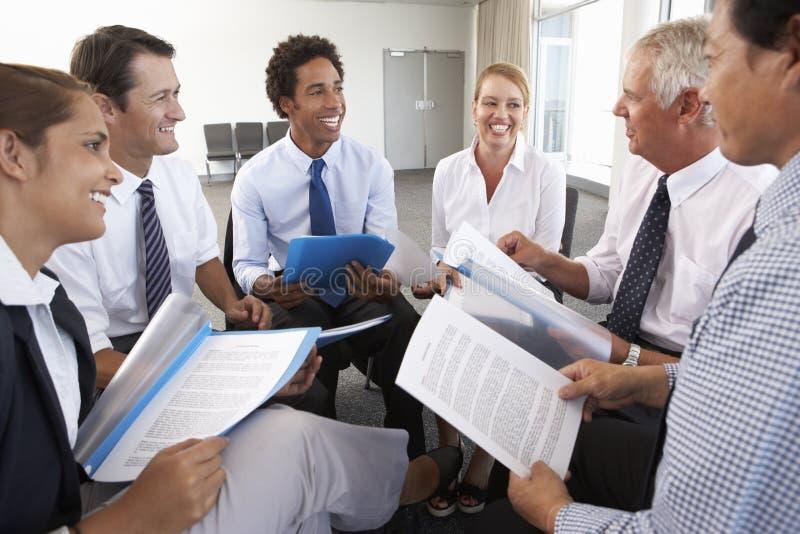 Wirtschaftler gesetzt im Kreis auf Firmenseminar lizenzfreie stockfotos