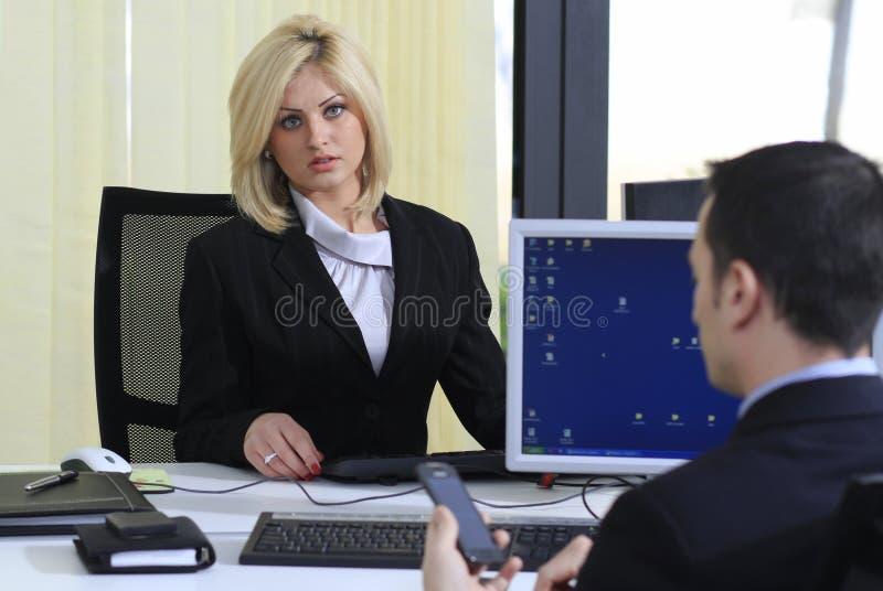 Wirtschaftler im Büro stockbild