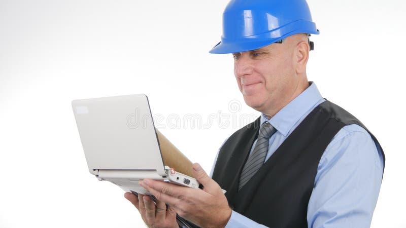 Wirtschaftler Image Wearing Hardhat, das Ingenieur Job With Laptop tut lizenzfreie stockfotos
