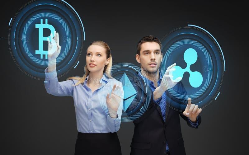 Wirtschaftler mit cryptocurrency Hologrammen lizenzfreie stockfotos
