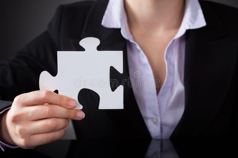 Wirtschaftler mit Puzzlespiel lizenzfreies stockbild