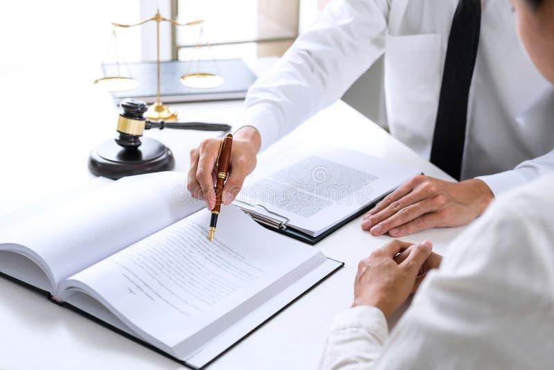 Wirtschaftler oder Rechtsanwalt, welche die Teambesprechung bespricht agreemen hat stockbilder
