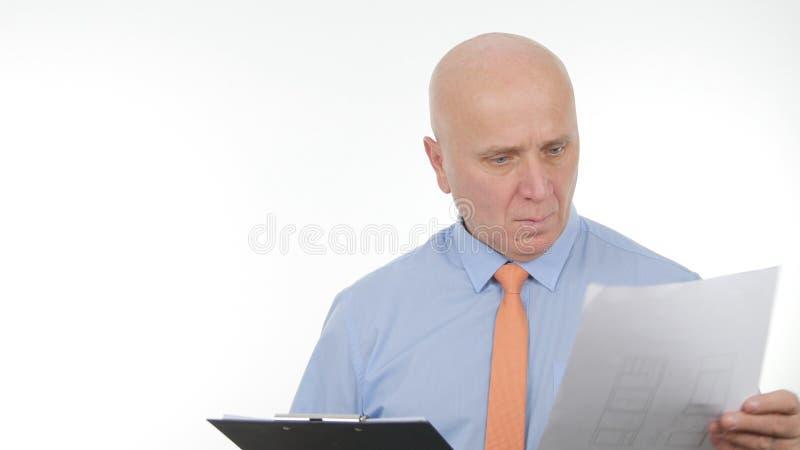 Wirtschaftler Reading Financial Information von einem Dokument lizenzfreie stockfotografie