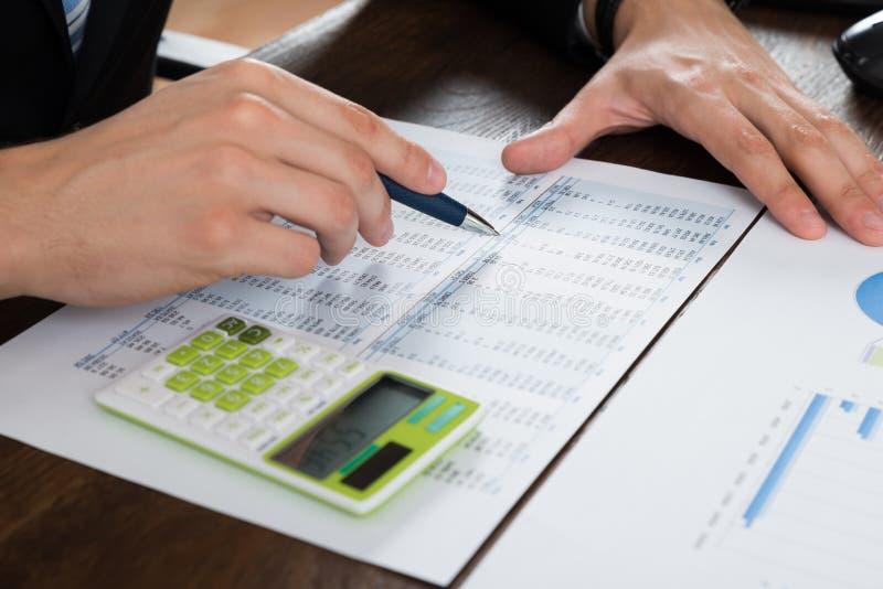 Wirtschaftler-Working With Accounting-Dokument lizenzfreie stockfotos