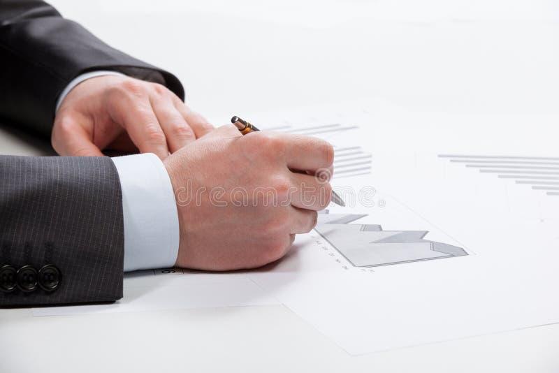 Wirtschaftsanalytiker, der mit Daten arbeitet stockfoto