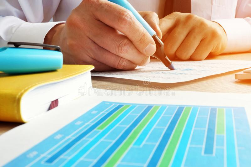 Wirtschaftsprüfer, der mit Finanzdaten arbeitet Innenrevision lizenzfreie stockfotos