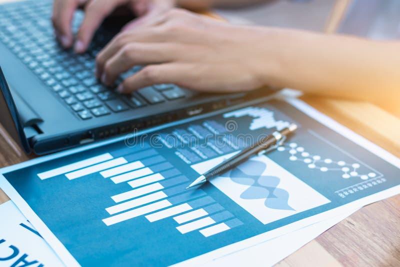 Wirtschaftsstatistikerfolgskonzept: Geschäftsmannanalytik fina stockfoto
