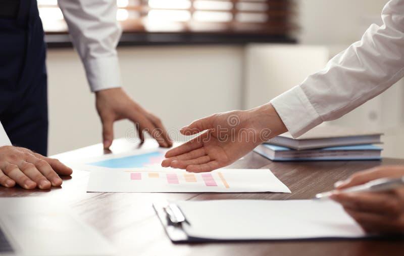 Wirtschaftstrainer und Klient, die am Tisch im Büro arbeiten stockbilder