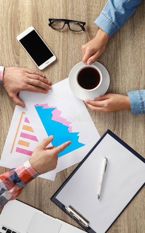 Wirtschaftstrainer und Klient, die am Tisch im Büro arbeiten stockfoto