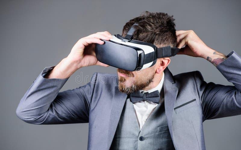 wirtualna praca Biznesmen w vr s?uchawki Wizualna rzeczywisto?? brodaci m??czyzna odzie?y VR bezprzewodowi szk?a Cyfrowej przysz? obrazy royalty free