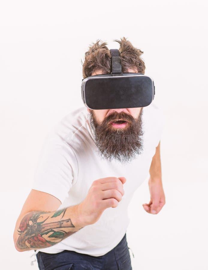 Wirtualna rasa Mężczyzny gamer VR szkieł bielu brodaty tło Rzeczywistości wirtualnej gry pojęcie Cyber sport Facet z głową zdjęcie stock
