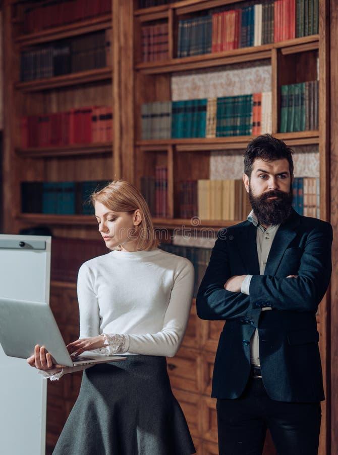 Wirtualnego światu pojęcie Zmysłowa kobieta cieszy się przewagi wirtualny świat zapewnia w edukaci Biznesowa kobieta i mężczyzna  obrazy stock
