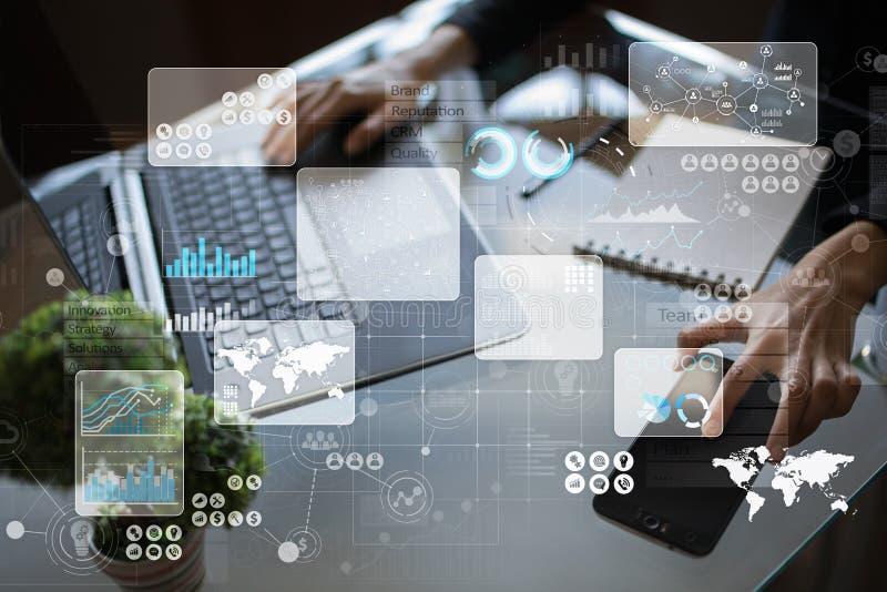 Wirtualny dotyka ekran Zarządzanie Projektem analiza danych blisko palce papieru ołówkowej widok kobiety Hitech technologii rozwi ilustracja wektor