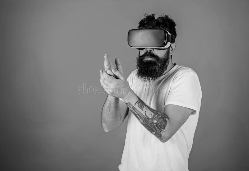 Wirtualny mknącej galerii pojęcie Modniś na ruchliwie twarzy sztuce w rzeczywistości wirtualnej Facet z głowa wspinającym się pok fotografia royalty free