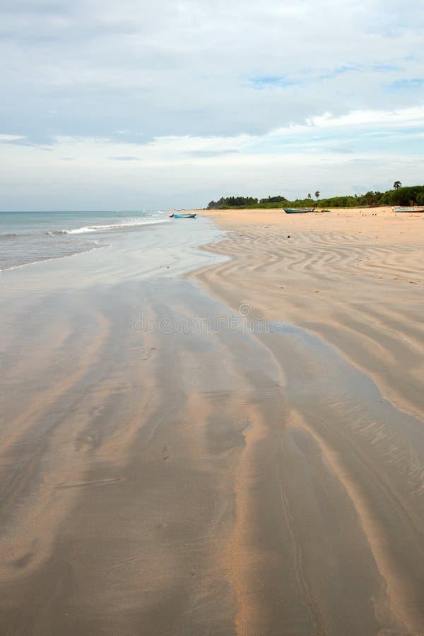 Wirujący wężowatego piasek wzory na Nilaveli Wyrzucać na brzeg w Trincomalee Sri Lanka zdjęcie stock