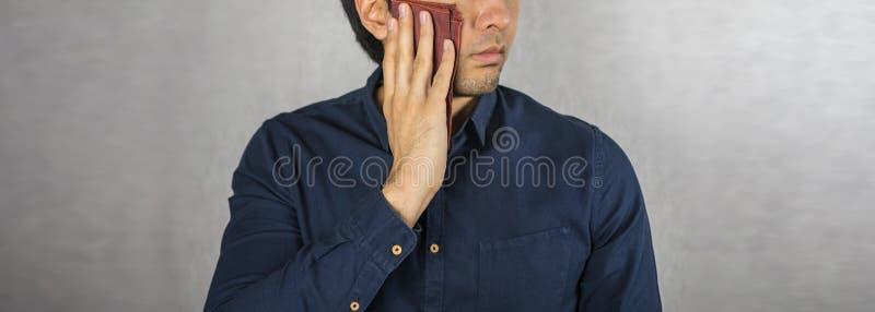 Wischen Sie den Schweiß, das Taschentuch ab, das auf Manngesicht gesetzt wird stockfoto