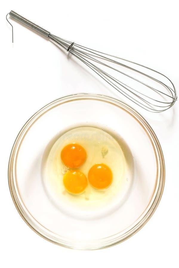 Wischen Sie für das Peitschen und die Eier in der Schüssel lizenzfreies stockbild
